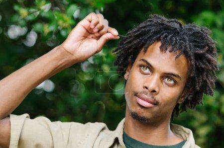 Photo pour Souriant jeune homme afro-américain - image libre de droit