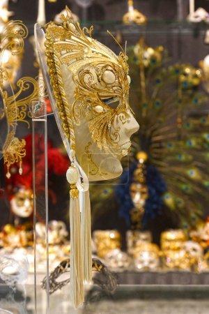 Photo pour VENISE, ITALIE, 25 AOÛT : Masques de carnaval vénitien à vendre. Le Carnaval de Venise, un festival annuel qui commence deux semaines avant le mercredi des Cendres et se termine le mardi saint. 25 août 2013 - image libre de droit