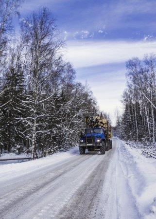 Photo pour Transport de bois sur la route d'hiver - image libre de droit