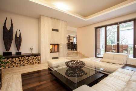 Foto de Travertine house: Interior of beige living room - Imagen libre de derechos