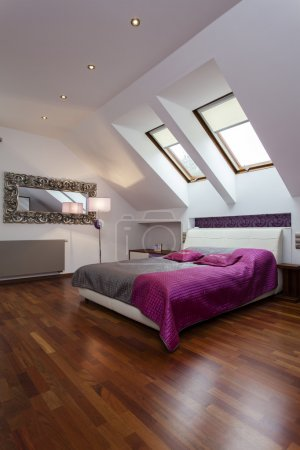 Photo pour Chambre spacieuse avec lit de pourpre et d'argent - image libre de droit