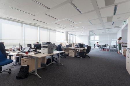 Photo pour Lieu de travail - nouvel immeuble de bureaux moderne - image libre de droit