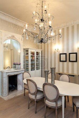 Photo pour Vintage manoir - un intérieur luxueux avec un lustre spactaculaire - image libre de droit