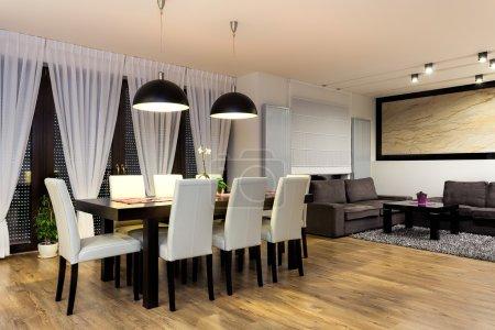 Photo pour Appartement urbain - Table avec chaises dans la salle à manger moderne - image libre de droit
