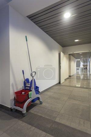 Photo pour Set de nettoyage dans un immeuble de bureaux moderne, vertical - image libre de droit
