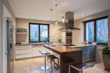 Photo pour Travertin maison - cuisine lumineuse et agréable - image libre de droit