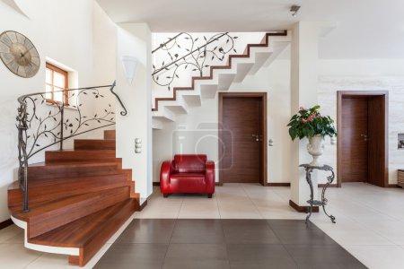 Photo pour Maison chic - couloir avec un escalier élégant et fauteuil - image libre de droit