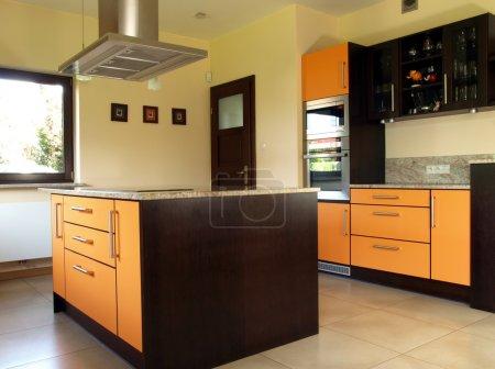 Photo pour Cuisine nouvelle et moderne avec intérieur spacieux - image libre de droit