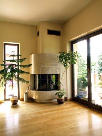 Photo pour Cheminée de travertin dans la maison moderne, vue verticale - image libre de droit