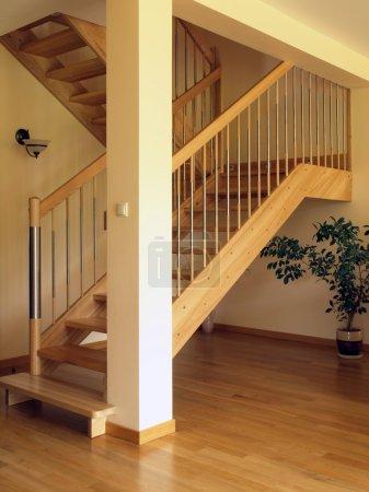 Photo pour Escaliers en bois modernes dans la maison de luxe - image libre de droit