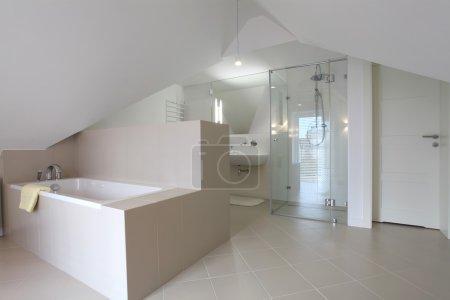 Photo pour Nouvelle salle de bain dans un style moderne sur le grenier - image libre de droit