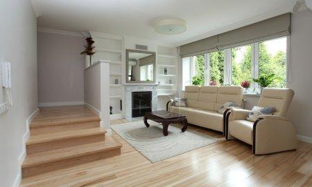 Photo pour Salon moderne avec escalier et cheminée - image libre de droit
