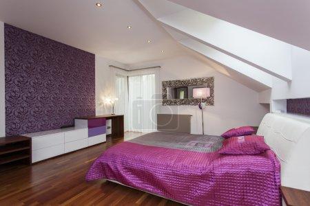 Photo pour Chambre à coucher blanc et violet avec motifs mur - image libre de droit