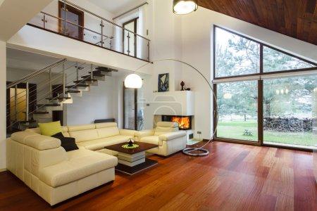 Photo pour La maison de design avec entresol et un salon spacieux - image libre de droit