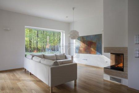 Photo pour Moderne, spacieux salon avec grande fenêtre - image libre de droit