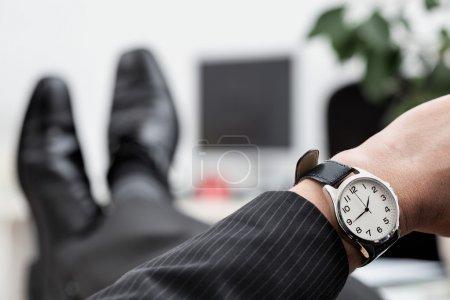 Photo pour Un gros up de montre élégante d'un homme d'affaires - image libre de droit