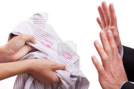 Photo pour Mari touffu roux, femme avec chemise embrassée - image libre de droit