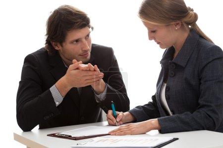 Photo pour Agent d'assurance discutant avec un nouveau client - image libre de droit