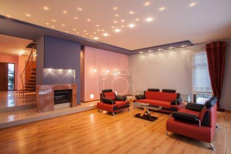 Photo pour Amarante maison - salle de séjour avec un canapé rouge - image libre de droit