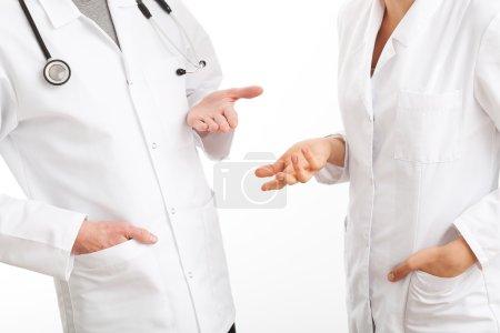 Photo pour Deux médecins gesticulant lors d'un conseil médical - image libre de droit