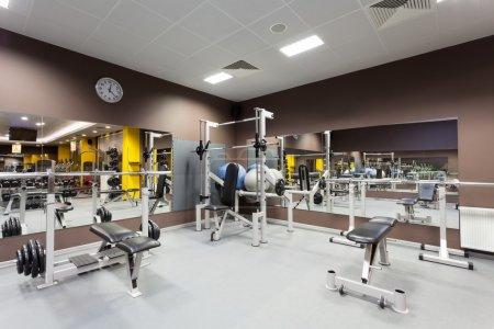 Photo pour Salle de gym avec horizontal vide, équipements spéciaux, - image libre de droit