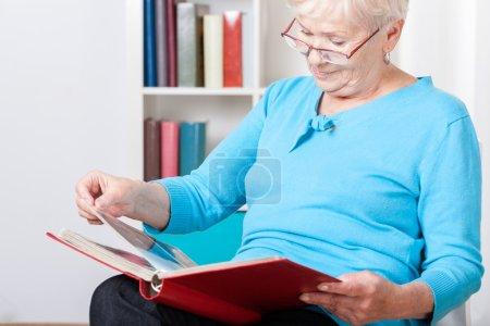 Foto de Anciana viendo fotos en el álbum de fotos familiar - Imagen libre de derechos