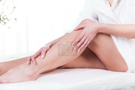 Photo pour Femmes jambes après massage sur fond isolé - image libre de droit