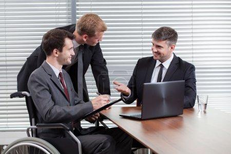 Foto de Feliz discapacitado durante la reunión, horizontal - Imagen libre de derechos