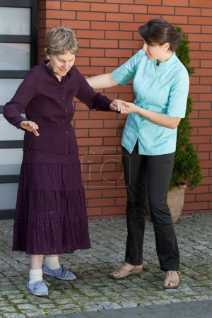 Photo pour Femme âgée essayant de marcher seule - image libre de droit