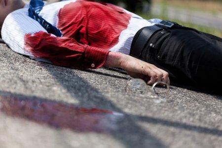 Foto de Hombre muerto sangrando después de accidente de coche, horizontal - Imagen libre de derechos