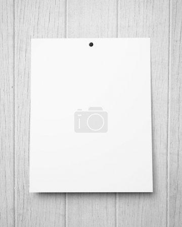 Foto de Cartel en blanco en una pared de madera - Imagen libre de derechos