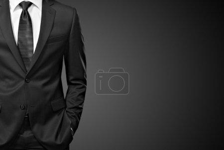 Photo pour Homme en costume sur noir - image libre de droit