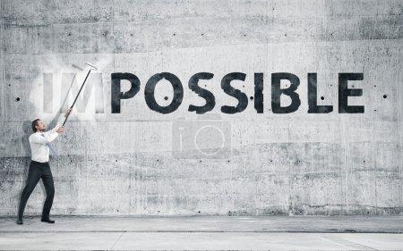 """Photo pour Homme en tournant le mot """"impossible"""" dans « possible ». concept - image libre de droit"""