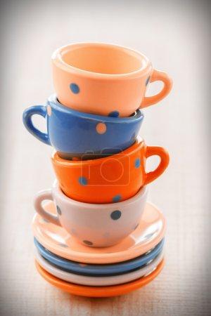 Photo pour Tasses à thé vintage en céramique colorée - image libre de droit