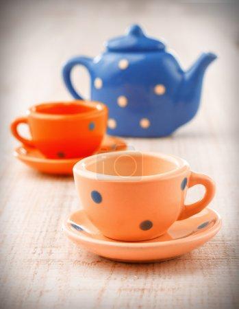 Photo pour Vieux gobelets à thé et pot sur planche de bois vintage - image libre de droit