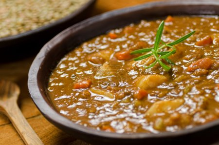 Photo pour Un bol de soupe aux lentilles copieux. - image libre de droit