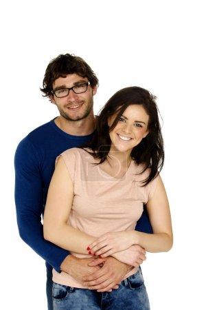 Photo pour Beau couple souriant à la caméra câlins isolé sur un fond blanc - image libre de droit