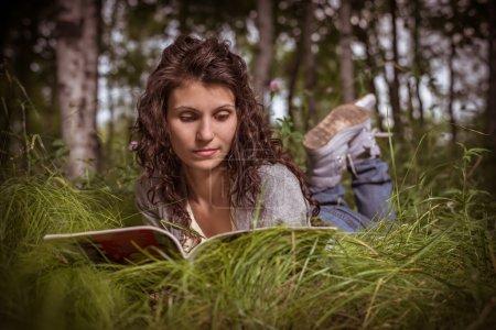 jeune femme avec le magazine