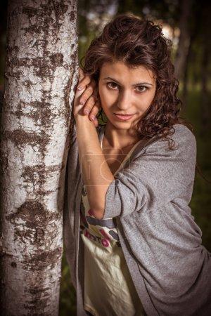 Portrait d'une jeune femme à un bouleau