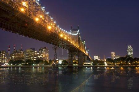 Photo pour New York la nuit - Midtown of Manhattan et Queensborough Bridge - prises de Roosevelt Island - image libre de droit