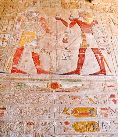 Photo pour Les dieux égyptiens antiques et hiéroglyphes dans mur sculpté - image libre de droit