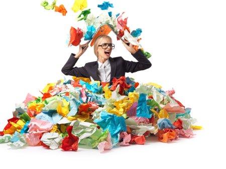 Photo pour Fatigué séduisante Secrétaire blonde avec beaucoup de papiers - image libre de droit
