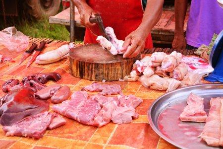 Photo pour Porc disséquée à côté du marché de pied de côté - image libre de droit