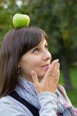 Dívka a zelené jablko