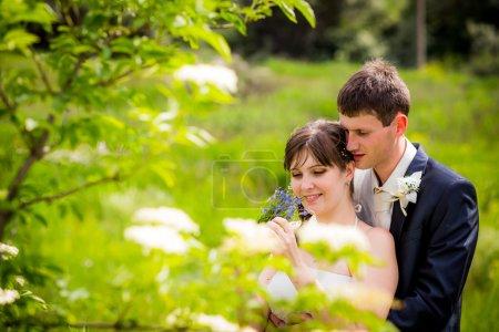 Photo pour Jeunes mariés dans un champ - image libre de droit