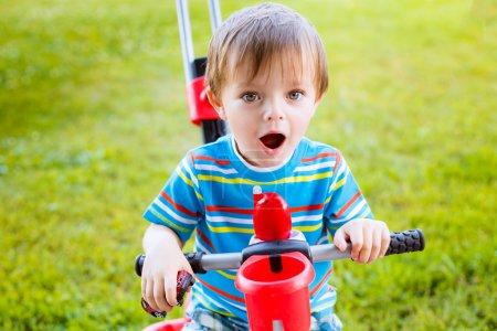 Niño pequeño montando en bicicleta para niños