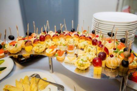 Photo pour Banquet mis en place avec des collations - image libre de droit