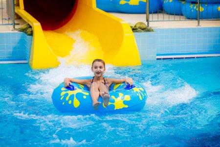 Photo pour Fille dans un parc aquatique avec cercle - image libre de droit