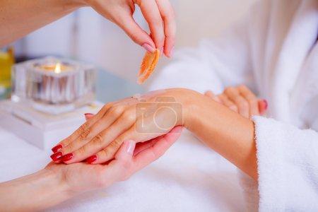 Photo pour Femme a spa main avec coquille dans le salon de beauté - image libre de droit