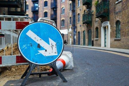 Foto de Desvío de las obras en la composición de signo camino derecho, - Imagen libre de derechos